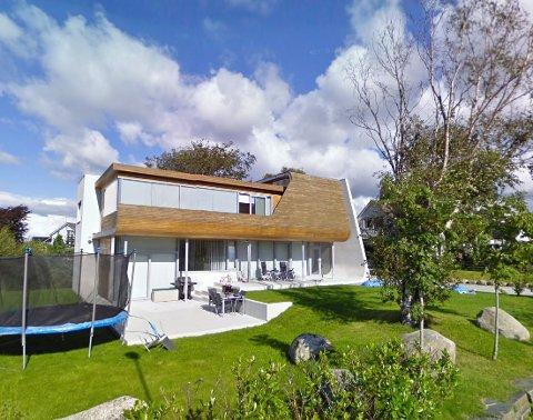 «Villa Hellearmen» har en prisantydning på 14,95 millioner kroner, og er designet av Tommie Wilhelmsen. Bildet er fra 2010. Siden den gang har det blant annet kommet opp en god hekk, som gir noe mindre innsyn enn Googles bil hadde.
