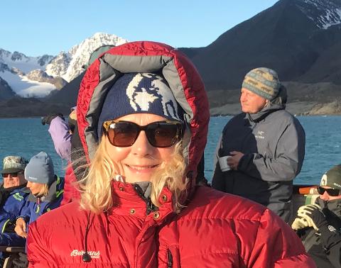 REISEGLAD: Anne Lise Barka vil skapa reiselyst i heimkommunen og inviterer til inspirasjonskveld i Rosehagen. Her er ho sjølv på Svalbard.