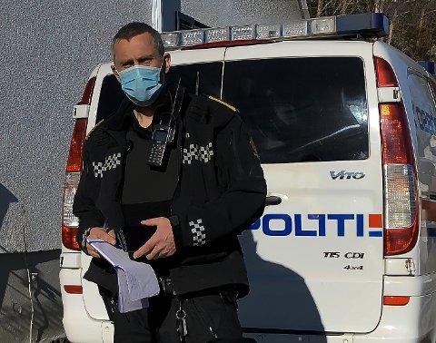 POLITIAKSJON: Etterforsker Dag Olav Tho under en husransakelse på Notodden, hvor en mann i 50-årene ble pågrepet og siktet for heleri.