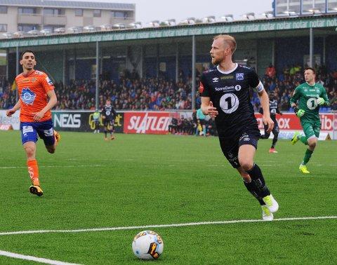 Kristiansunds Dan Peter Ulvestad ryddet for det meste opp i forsvar med Kristiansunds keeper Sean McDermott bak til høyre og Aalesunds Mostafa Abdellaoue til venstre.