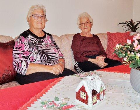 Nelly Rånes (til venstre) og Mary Rånes har holdt sammen fra de var små. De ble gift med hver sin bror, jobbet på samme butikk og bor ikke langt fra hverandre.