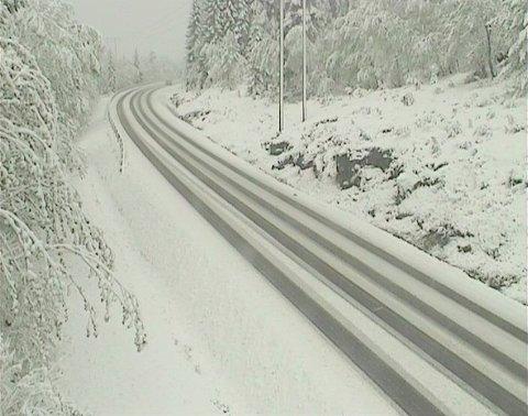 Snøen har lagt seg på E39 som går over Fursetfjellet mellom Gjemnes og Molde.