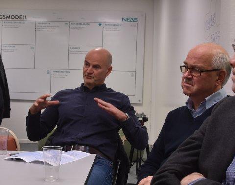Terje Kvisvik i Norsea Vestbase forklarer stortingspolitikerne hvilke arbeidsplasser som forsvant og hvilke som ble igjen etter oljeprisfallet. Til høyre daglig leder Stein Arne Schnell i Oss-Nor, som tok til orde for å stanse sentraliseringen med politiske virkemidler.