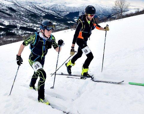 Erik Kårvatn (til venstre) og Kristoffer Nordvik på vei opp Settemsdal.