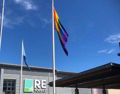 REGNBUEFLAGGET TIL TOPPS IGJEN: Det tok ikke mange timene før flagget igjen vaiet i toppen av en flaggstang i Revetal.