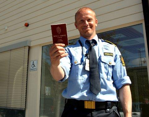 På sporet: Driftsenhetsleder Mathias Engebakken er glade for at politiet i Valdres hadde mulighet til å hjelpe den fortvilte haikeren som hadde mistet passet sitt.