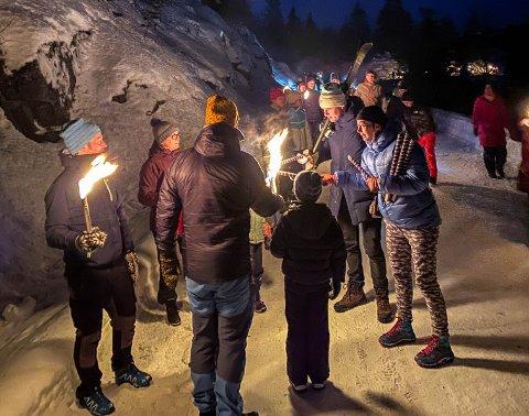 Delte flammen: Etter å ha fått fyr på faklene igjen, kunne Sissel Sæther og Kenni Riise dele flammen videre.