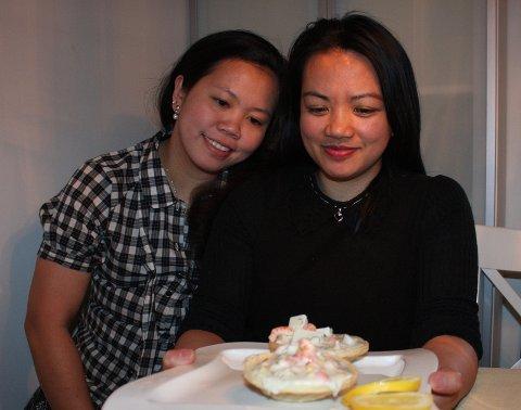Sorgmuntert måltid: Salamat sa food fra Jonalyn Andoyo Lien (til venstre) og venninne Zenaida Bantas Comila.