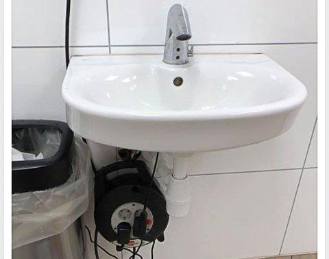 STRØM OG VANN: Slik så det ut da en kunde besøkte et av toalettene ved Circle K i Vestby torsdag formiddag.