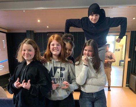 SOSIALE: Fra venstre: Eyla, Dina og Sofie, og Ina og Treisi (bak) møttes på Teten onsdag, fremfor å sitte hjemme og spille.