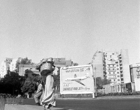 """EGYPTISK EVENTYR: SAS lanserte sin rute mellom Skandinavia og Cairo mai 1959. """"Flygende teppe med jet"""", var tittelen til bladet Aktuell da redaktør, Asmund Rørslett i den forbindelse ble avfotografert sittende på en kamel."""