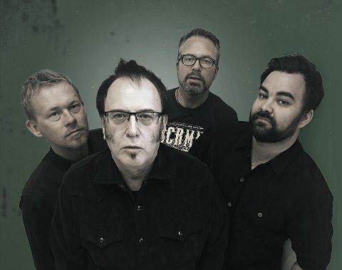 MED EN TYNSETING: Bill Troiani er frontmann i Billy T Band, som spiller blues- og soulbasert musikk. Med i bandet er også Håkon Høye (bakerst) på gitar.