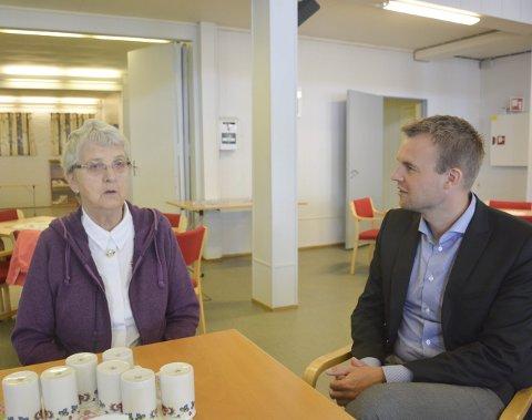 BESØK: KrFs stortingskandidat Kjell Ingolf Ropstad besøkte Frelsesarmeen og Gyda Hansen denne uken. Risørs alvorlige barnefattigdomsproblem sto på agendaen.Foto: HPB