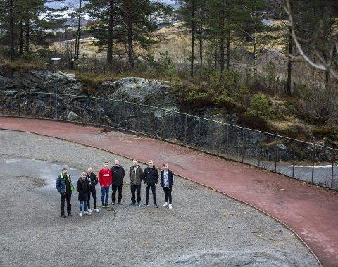 TRENG OPPRUSTING: Den 40 år gamle idrettsbana på Ostereidet treng sårt ei opprusting for å vera eit attraktivt tilbod for idretten.ALLE FOTO: Morten Sæle