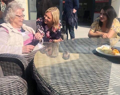 Under Fauske-besøket i august i fjor snakket daværende eldre- og folkehelseminister Sylvi Listhaug blant annet med Ingeborg Haugen (102). Hun oppfordret også kommunen til å søke om å bli med i prosjektet statlig finansiert eldreomsorg. Foto: Privat.