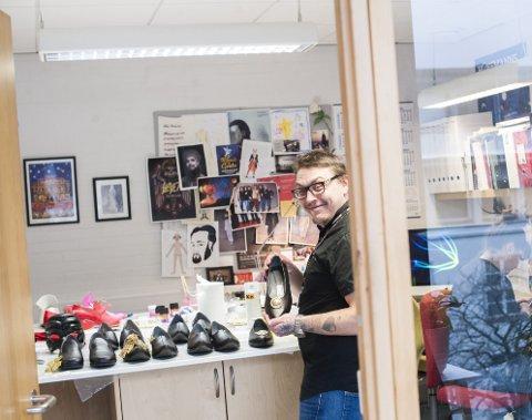 På verkstedet: Odin inne på kontoret i Grieghallen der han blant annet maler om og syr pynt på skoene som skal brukes i operaoppsetningen «Il Turco in Italia».foto: Ørjan Nilsson