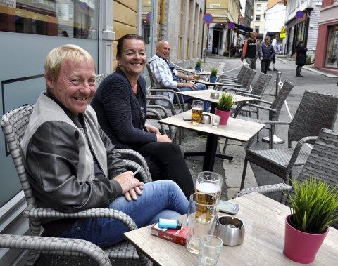 Kjetil Hansen (47) og Trude Målsnes (51) på nyåpnede Banken1bar i Skostredet betaler gjerne litt ekstra siden de kjenner de som driver stedet. Noen meter oppe i gaten – hos Folk og Røvere – er prisen svært mye billigere. – Vi betaler gjerne litt ekstra for god service, sier Kjetil og Trude. FOTO: DAG BJØRNDAL