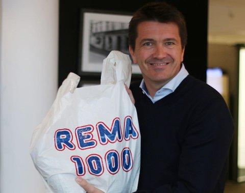 Rema-sjef Ole Robert Reitan med den nye miljløposen til Rema, som skal erstatte dagens pose.