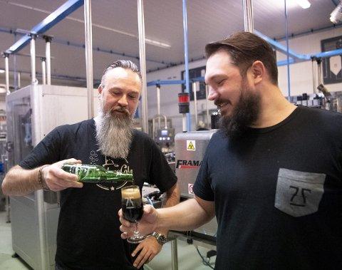 SAMARBEID: – den e' brun, konstaterer Nordnescola-gründer Gisle A. Østraat og sjefen 7 Fjell Bryggerier, Jens Eikset, skåler gjerne over avtalen om produksjonen av den kortreiste colaen. Nå selges den tolv steder i Bergen. FOTO: ARNE RISTESUND