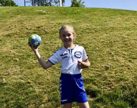 - Jeg spiller på Gneist, men Fana er veldig gode og her på Fana sin håndballskole får jeg lære hva de gjør for å bli så gode, sier Mollie Sophia Craft (9).