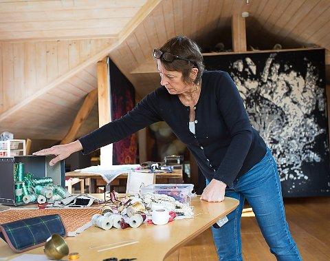 STIPEND: Kristin Lindberg har fått Rune Brynestads minnestipend på 400.000 kroner. Her er hun i atelieret på Søndre Green i Krødserhad.