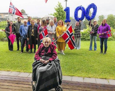 100 år: Mary Skredsvik (f. Kristiansen) fylte 100 år 6. juni og ble feiret av familien – barn, svinger-                       sønner, barnebarn, oldebarn og tippoldebarn.              ALLE FOTO: PRIVAT