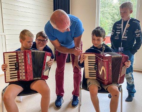 NERSTAD SKOLE: Sigurd Hulbak Ragnhildsrud (f.v.), lærer Jonas Håre Hagen og Steinar Leite, Heine Evje. og Karl Bendik Yttri Bjørnstad.