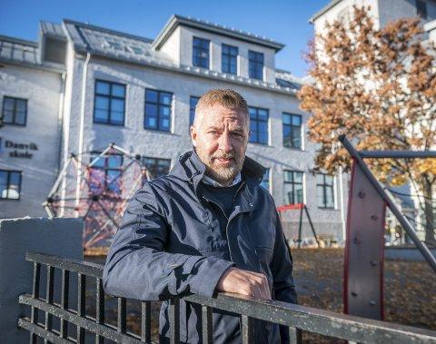Byen har det meste: – Det beste med Drammen er at byen har det meste, at byen har marka i ryggen og sjøen foran seg, sier Inge Harald Wergeland, her foran Danvik skole. Foto: Rune Folkedal