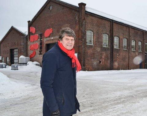 ADVARER MOT RIVEKÅTHETEN:  Arkitekt Ole Wiig liker dårlig planene om å rive alle fabrikkhallene på Brakerøya for å gi plass til det nye sykehuset. Her ved verneverdige «Maskinhallen», hvor Haandbryggeriet holder til enn så lenge.