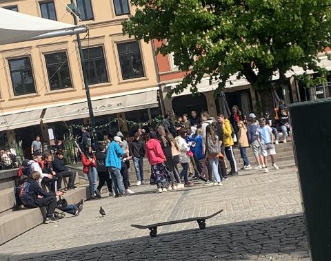 SAMLET SEG: Flere ungdommer samlet seg rundt en kjent predikant (mannen i blå jakke) på Bragernes torg tirsdag ettermiddag. Predikanten er kjent fra flere kanaler i sosiale medier.