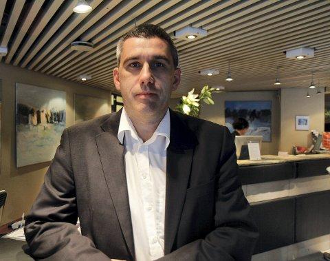 TRYGT: Hotelldirektør på Scandic Sunnfjord hotel i Førde, Odd Erik Gullaksen, seier han er trygg på at rutinane er gode og at det er trygt å opphalde seg på hotellet, trass i at det no vil bu personar i karantene der.