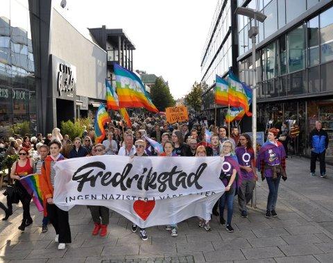 MOT NAZISME: Slik så det ut da Skeiv Ungdom Østfold samlet flere hundre mennesker til en solidaritetsparade i september i fjor. I år ønsker de å markere mangfold på datoen Den nordiske Motstandsbevegelsen hadde planer om å innta Fredrikstad.