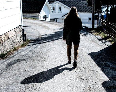 For en enslig forsørger med ett barn er lavinntektsgrensen definert som at man har mindre enn 279.900 i årlig inntekt etter skatt. 20.000 kroner utbetalt i måneden tilsvarer at Fredrikstad-kvinnen med ett barn har rundt 240.000 kroner i året.