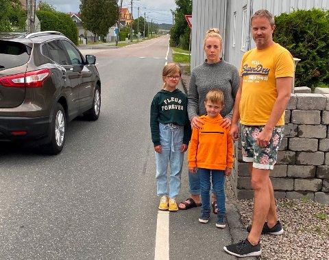 FARLIG:  Charlotte Brostrøm og Geir Bjerkreim vil ha tiltak som gjør trafikksituasjonen mindre farlig utenfor hjemmet deres når barna skal gå til skolen eller besøke vennene. Både Ilea (8) og  Edvind (5) må følges når de må krysse veien.