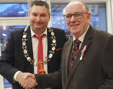 Medalje: Rune Edvardsen overrakte medalje og diplom til Tor Akselsen på vegn av organisasjonen La Souvenir Francais. Foto: Terje Næsje