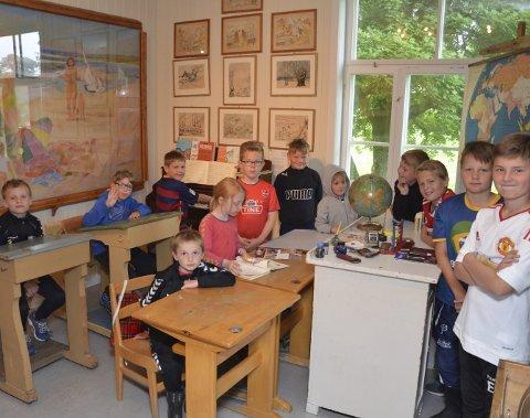 Klassen samlet: Mye rart å se i det gamle klasserommet.alle foto: vidar Kalnes