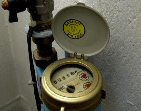Kommuner med høy vannmålerdekning rapporterer generelt sett om et lavere husholdningsforbruk enn kommuner med lav vannmålerdekning.