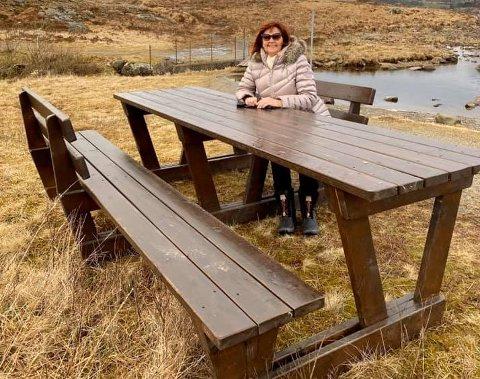 Pensjonisten Ingunn Grødem er storfornøyd med å ha fått en plass hvor de kan sette seg ned og ta en pause i naturen ved Flassavatnet.