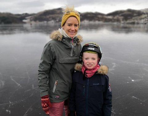 Flere av aktivitetene man kan gjøre på vinteren krever utstyr. Det kan fort bli dyrt. Lene Antonsen Falk har handlet brukte skøyter til sønnen Emil.