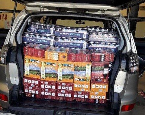 VELFYLT: Personbilen var lastet med 968 liter alkohol da tollerne stoppet den for kontroll.