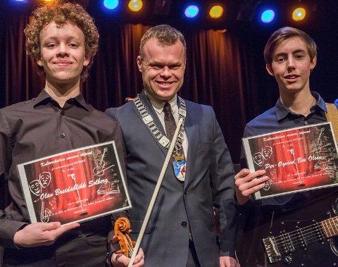 PRISVINNERE: Olav Breidablikk Solberg og Per-Øyvind Bøe Olsen fikk stipend. Her sammen med ordfører Espen G. Johnsen.