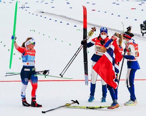 GRØNN SÅLE:  Helene Marie Fossesholm  gikk Norge inn til gull på stafetten og kunne  juble med helt nye ski med signalgrønn såle. Den sålen jubles det over også på Biri.