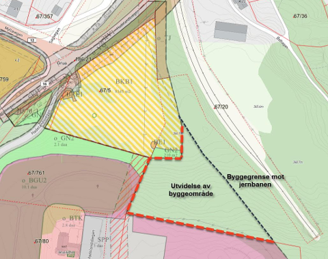 Området: Grua torg ønsker å utvide byggeområdet, avgrenset med rødt mot kirkegården og byggegrensa mot jernbanen. Dagens Grua torg er skravert med gult og hvitt.