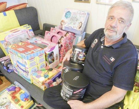 ER I GANG: Rolf Karlsen har et lite lager med gaver hjemme hos seg selv. Han håper på mange søknader og at folk støtter arbeidet.