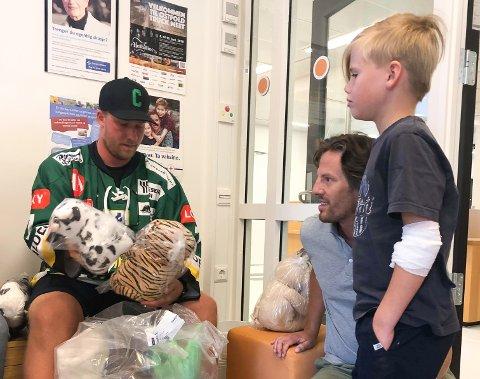 FIKK BAMSE: Jesper (7) fikk bamse av Comets a-lagsspiller Charley Berg.