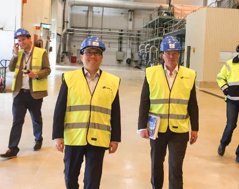EIER: John Chiang (til v.) og Oceanwood er, etter en lang prosess med godkjenning fra ulike myndigheter, nå endelig eiere av Norske Skog og Saugbrugs. Her sammen med konsernsjef Lars P.S. Sperre.