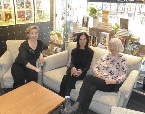 NYTT SKRIVEKURS: Etter ti års opphold kjører Gravdahl bokhandel og butikksjef Tina Rørvik (t.v) i gang nytt skrivekurs i september. Med seg på laget har hun forfatterne Kjersti Bronken Senderud og Wenche-Britt Hagabakken.