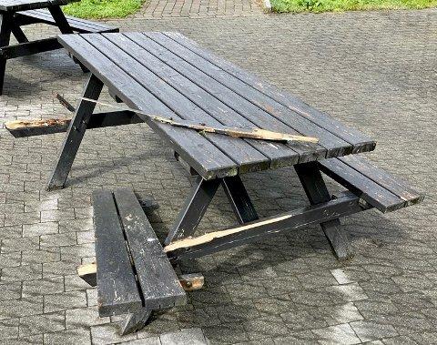 HÆRVERK: Det var blant annet benkene hos Haugesund Golfpark som fikk kjørt seg under ramponeringsepisoden.