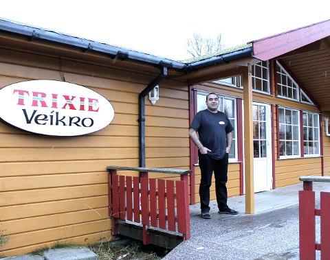 Stort smil: Daglig leder Rahim Delal på Trixie kebab og pizza AS på Trofors er fornøyd etter Mattilsynets besøk. Foto: Benedickte Wærstad