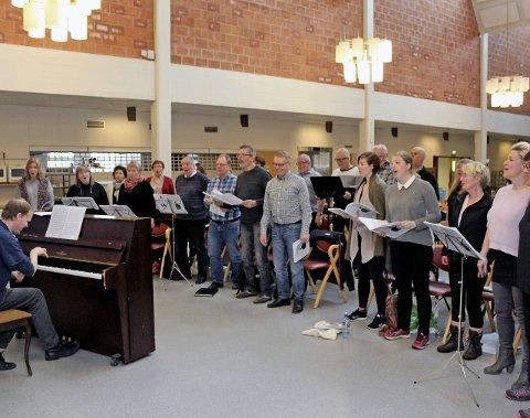 ØVINGSHELG: Sammen med musiker og dirigent Pål-Are Bakksjø har Halsøy songkor brukt helga på å finpusse Ola Bremnes-materiale. Foto: pål Leknes Hanssen